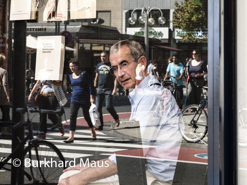 Walther König im Schaufenster seines Buchladens