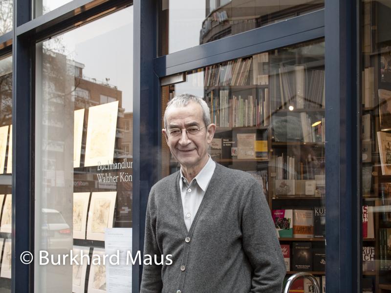 Walther König vor seinem Buchladen in Köln