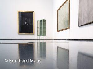 "Hinter dem Vorhang, Museum Kunstpalast, Francis Bacon ""Man in Blue"" (m.l.), Bertrand Lavier ""Manubelge"" (m.r.), Betrand Lavier ""Ohne Titel"" (r.l.), Markus Schinwald ""Untitled"" (détail) (r.r.)"