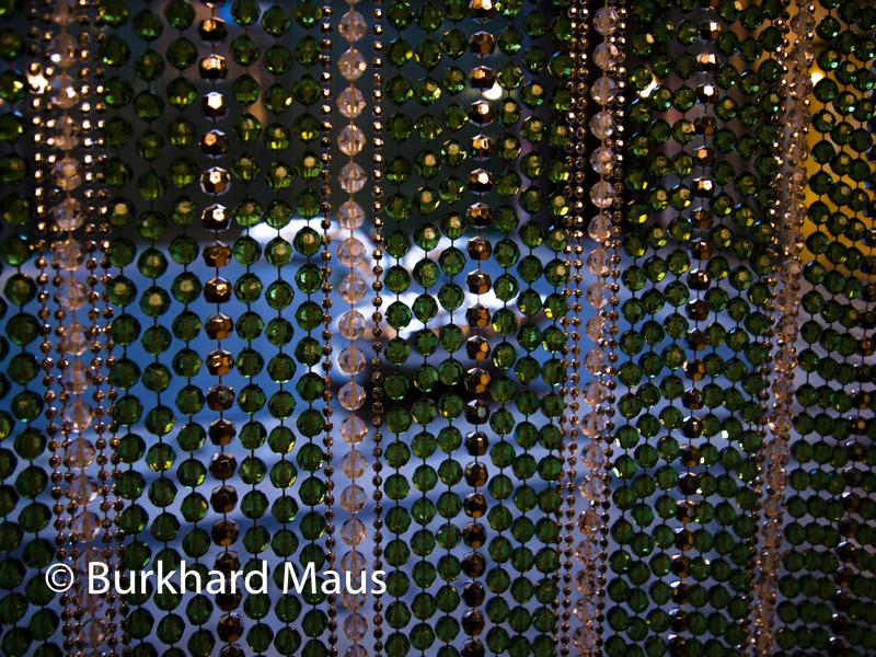 """Felix Ganzalez-Torres, """"Sans trite (Beginning)"""" (v.) (détail), Andy Warhol, """"Silver Clouds"""" (h.) (détail), Villa Empain - Fondation Boghossian, Bruxelles"""