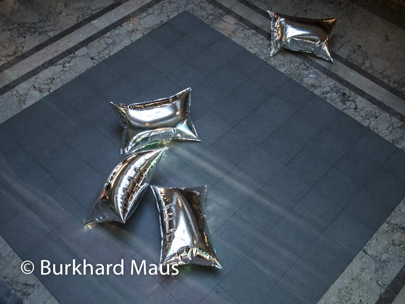 """Carl Andre, 10x10 Atstadt Lead Square"""" (u.u.) (détail), Andy Warhol, """"Silver Clouds"""" (u.) (détail), Villa Empain - Fondation Boghossian, Bruxelles"""