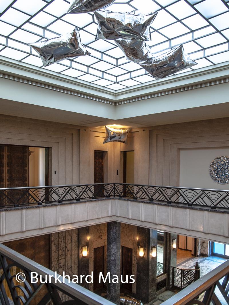 """Andy Warhol, """"Silver Clouds"""" (o.) (détail), Max et Paule Ingrand """"La voie lactée"""" (o.o.)(détail), Monir Shahroudhy Farmanfarmaian """"Sans titre"""" (r.) (détail),Villa Empain -Boghossian Fondation, Bruxelles"""
