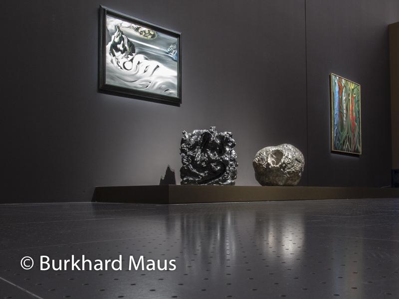"Óscar Dominguez ""Paysage cosmique"" (o.), Lucio Fontana, Ceramica spaziale (49-SC.6)"" (l.), ""Concetto spaziale, Natura (59-60-N.36)"", Centre Pompidou-Metz"