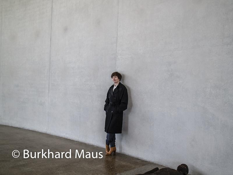 "Paloma Varga Weisz, (Portrait), ""Lying Man"", (détail), Skulpturenhalle / Thomas Schütte Stiftung"