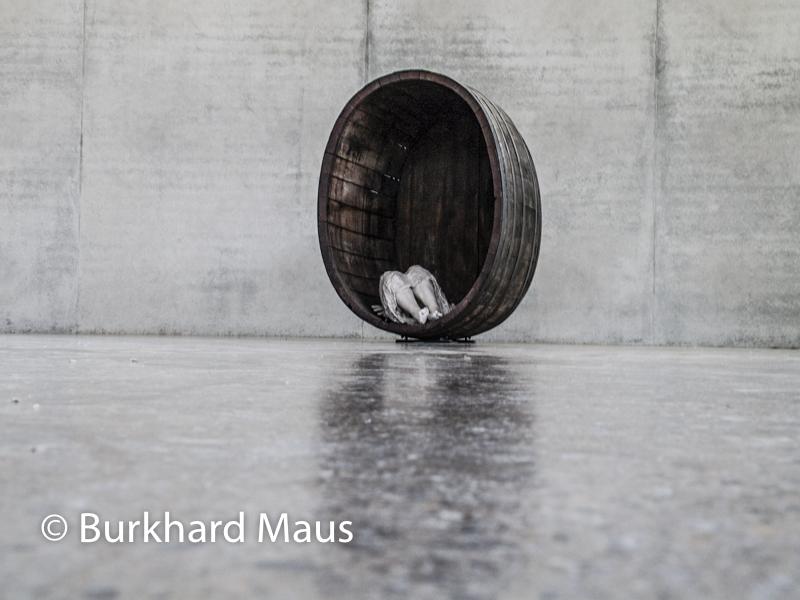 """Paloma Varga Weisz, """"Ohne Titel (Alte Mutter im Fass)"""", Skulpturenhalle / Thomas Schütte Stiftung"""
