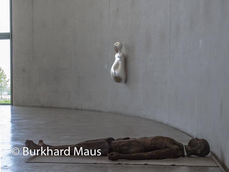 "Paloma Varga Weisz, ""Lying Man"", (r.), ""Bumped Body"" (l.), Skulpturenhalle / Thomas Schütte Stiftung"