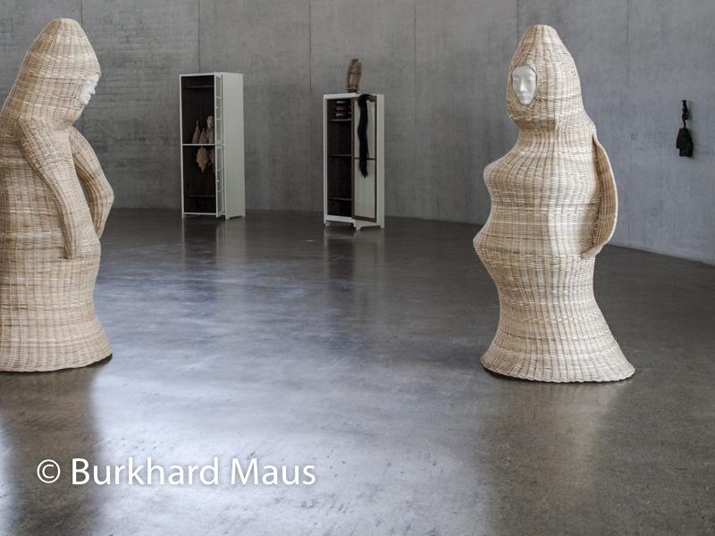 "Paloma Varga Weisz, ""Schwarze Frau"" (r.), ""Korbfrau"" ((r.m.) ""Korbmann ((l.),""Bois Dormant - Cabinet 2 (m.o.), ""Bois Dormant - Cabinet 3"" (l.o.), Skulpturenhalle / Thomas Schütte Stiftung"