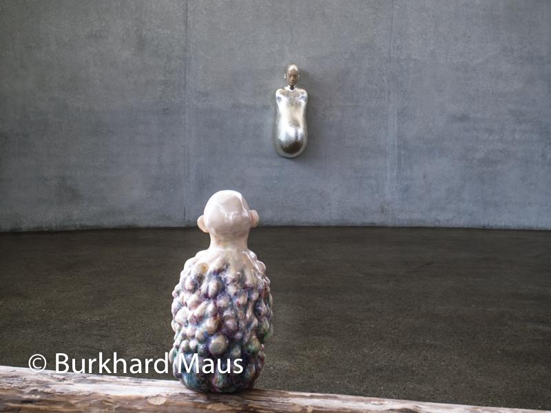 "Paloma Varga Weisz, ""Bumped Body"" (h.), ""Beulenmann"" (v.), Skulpturenhalle / Thomas Schütte Stiftung"