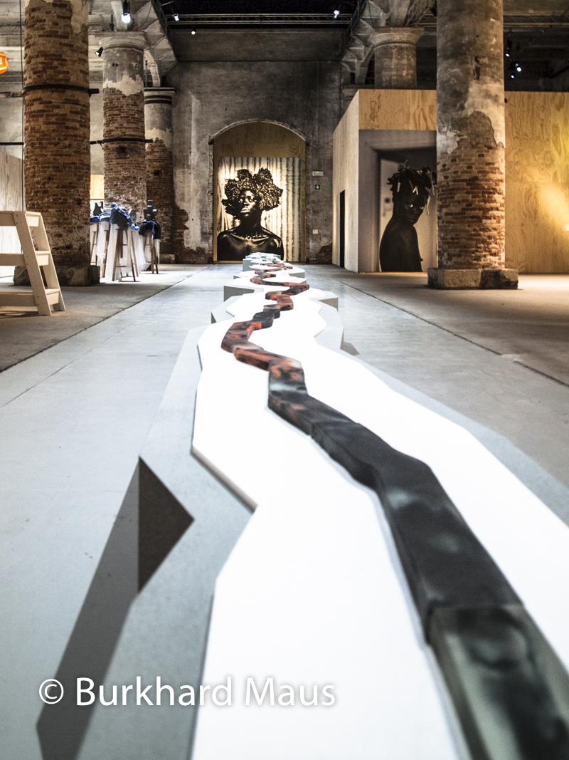 "Otobong Nkangam, ""Veins Aligned"", Otobong Nkangam, ""Veins Aligned"" (r.), A Lapse, A Stain, A Fall"" (l.), Zanele Muholi, Esposizione internazionale d'arte di Venezia"