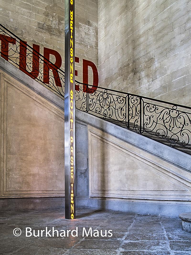 "Collection Lambert (détail), Lawrence Weiner ""Ruptured"" (l.), Jenny Holzer (r.) (détail)"