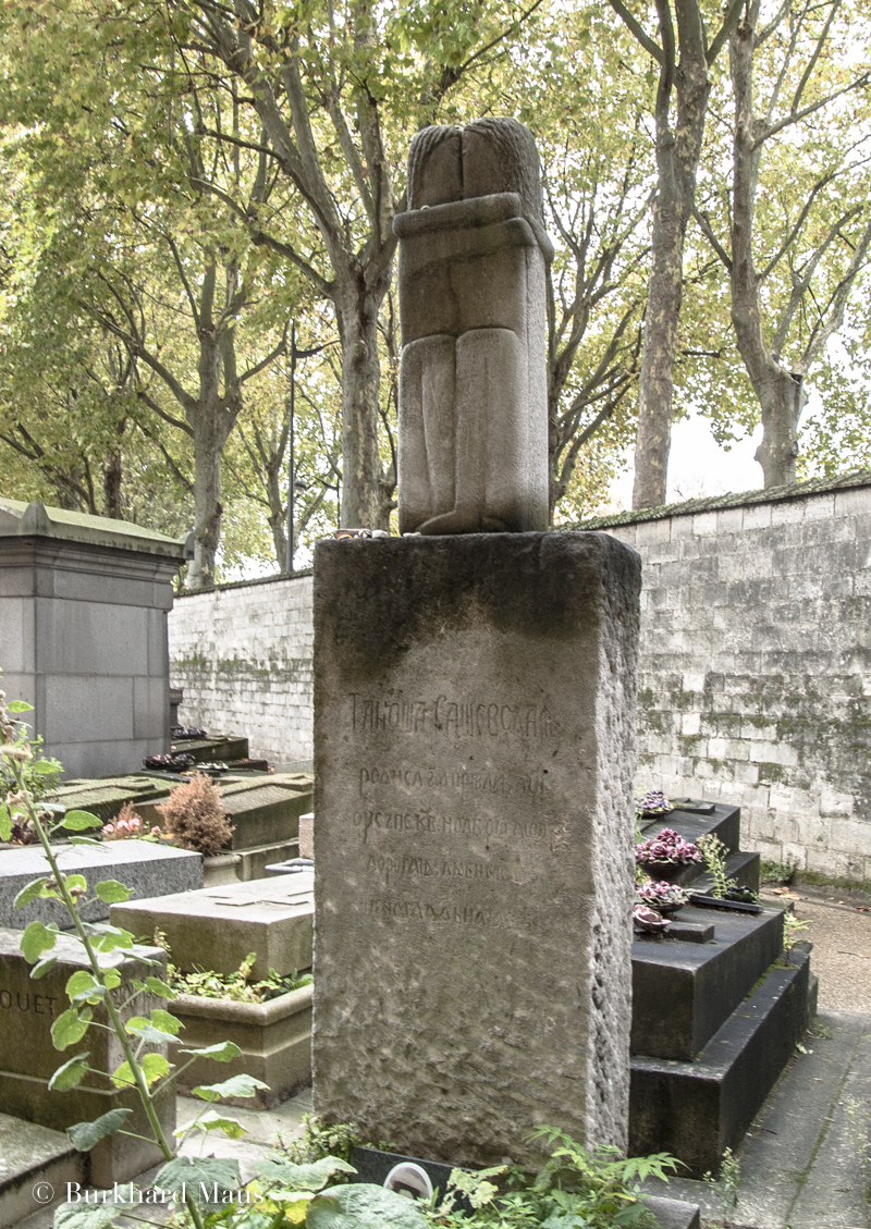 """Constantin Brâncuși, """"Le Baiser"""" (détail), Cimetriè Montparnasse, Paris"""